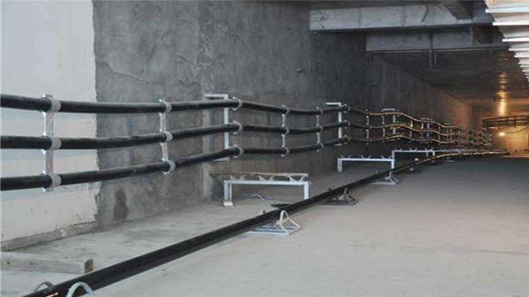 在一项电力工程当中,电力电缆的敷设是尤为重要的一项,电力电缆敷设是否规范,直接关系到生命、财产的安全。10KV电力电缆作为电力线路的一部分,使用这种电缆,因故障几率低、安全可靠、出线灵活而得到广泛应用。但是随着长时间的使用,电缆一旦出故障,检修难度较大,危险性也大,因此在安装、敷设时应特别加以注意。今天,小编总结了9条电力电缆敷设的要求。  1、电缆通道畅通,排水良好。金属部分的防腐层完整。隧道内照明、通风符合要求。 2、电缆型号、电压、规格应符合设计。 3、电缆外观应无损伤、绝缘良好,当对电缆的密封有怀